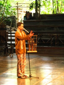AK_MC-Teaching-the-Audience-how-to-play-an-Ang-Klung-768x1024